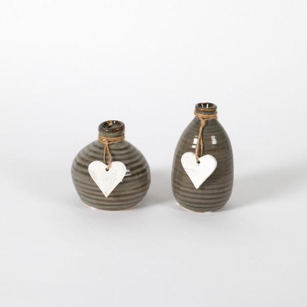 Keramik-Vase, 2 Mod sortiert, mit weißem Herz-Hänger, grau glasiert, Höhe 10/13c