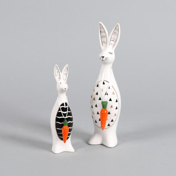 Keramik Hase Helmut mit roter Möhre, schwarz/weiß